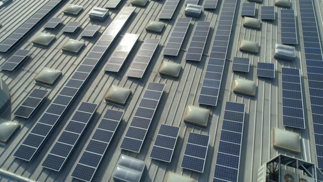 vídeos de stock, filmes e b-roll de painéis solares no telhado do centro comercial. ponto de vista do drone. - eficiência energética