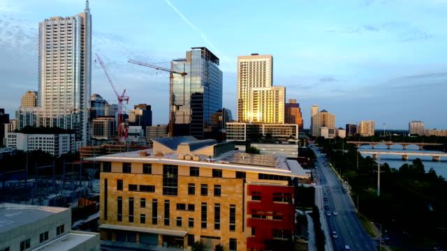 vidéos et rushes de panneaux solaires sur le toit du centre immeuble avec skyline austin texas usa - toiture