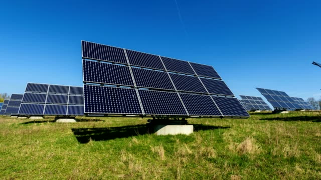 stockvideo's en b-roll-footage met solar panels, on solar field, germany - draaien lichaamsbeweging
