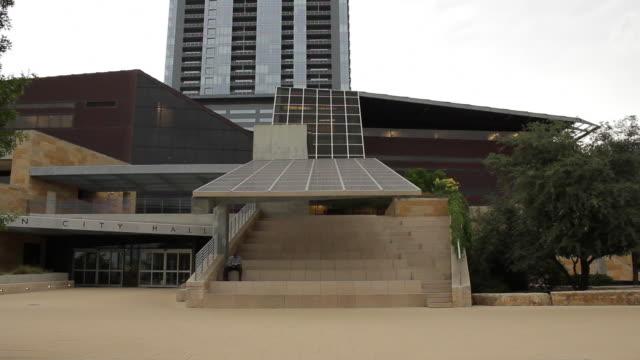 solar panels on the roof of austin city hall - 建物入口点の映像素材/bロール