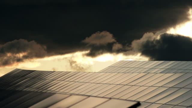 HD Parco solare contro il cielo minaccioso Dolly Shot TL