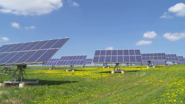 stockvideo's en b-roll-footage met solar park in spring time lapse - textfreiraum