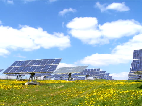 solar park in spring time lapse - wiese stock videos & royalty-free footage