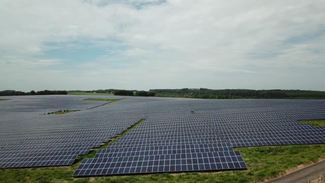 vídeos de stock, filmes e b-roll de usina solar localizada no sudeste do brasil - energia solar