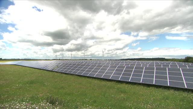 solar power farm - erneuerbarkeit stock-videos und b-roll-filmmaterial
