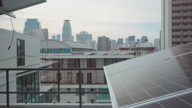 vídeos y material grabado en eventos de stock de tejado de energía solar en la ciudad. - tejado