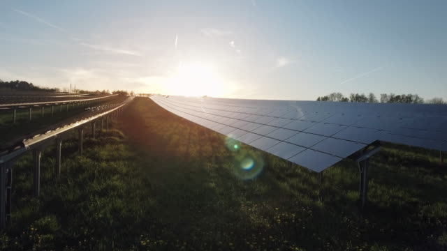vídeos de stock e filmes b-roll de estação de energia solar aérea ao pôr do sol voo de cerimónia shot (4 k uhd) / - sustainable resources