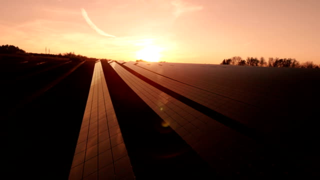 AERIAL Solarkraftwerk während dem Sonnenuntergang (4 k UHD zu/HD)