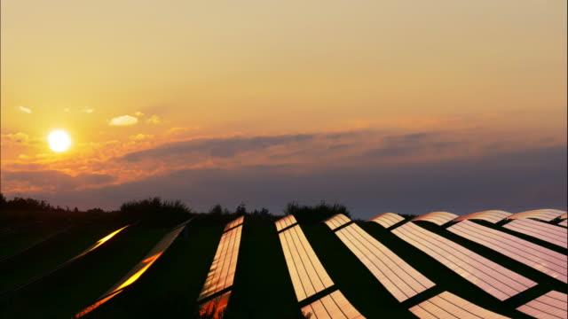 Photovoltaik-Anlage bei Sonnenuntergang