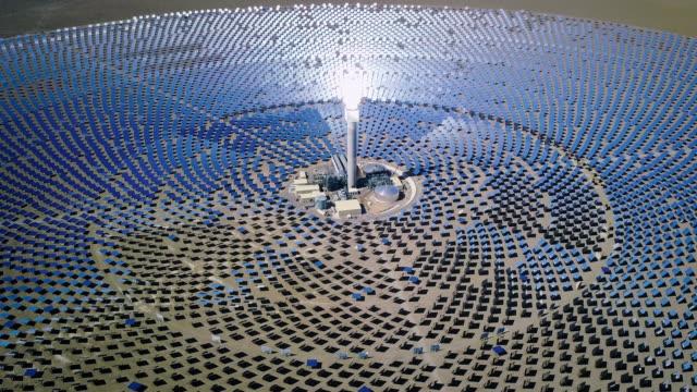 stockvideo's en b-roll-footage met solar power station groene energie 4k video flyby - nevada
