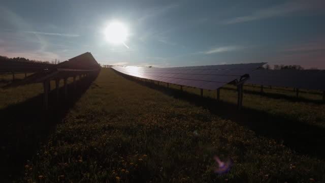 vídeos de stock, filmes e b-roll de gimbal usina de energia solar à noite dom (4 km/uhd) - ponto de vista de câmera