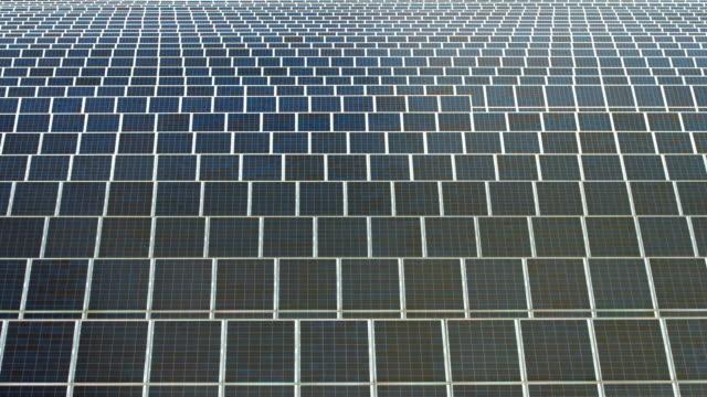 solkraftverk reflekterande moln - ansvarsfullt företagande bildbanksvideor och videomaterial från bakom kulisserna
