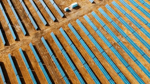 solar power station - hochspannungsmast stock-videos und b-roll-filmmaterial
