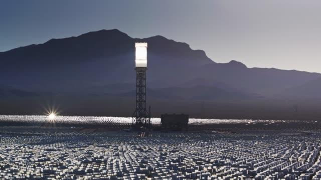 太陽光発電塔とイヴァンパー太陽光施設 - ドローン ショットでヘリオスタットの輪 - three objects点の映像素材/bロール