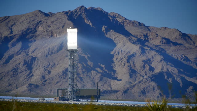 solar power tower left 4k - reflector stock videos & royalty-free footage