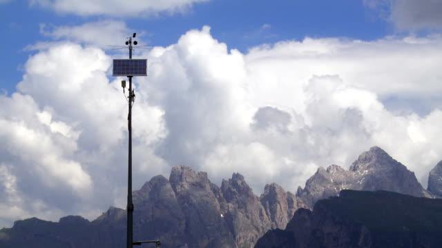 solar powered väderstation i alpområdet - bergskedja bildbanksvideor och videomaterial från bakom kulisserna