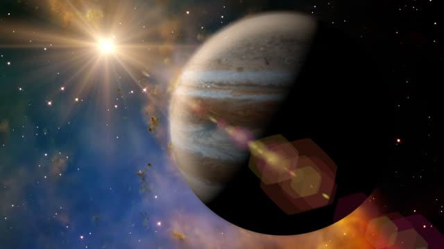vídeos de stock e filmes b-roll de solar system 1002 jupiter: the planet jupiter rotates in space. - júpiter