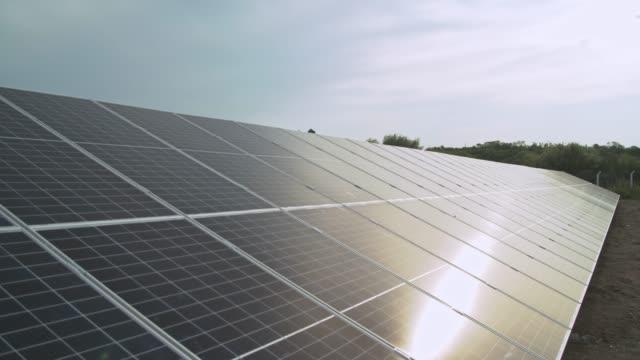 vídeos de stock, filmes e b-roll de energia solay - energia solar