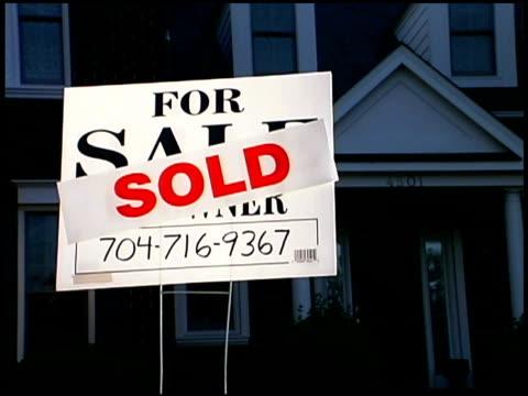 sold sign by house - hinweisschild stock-videos und b-roll-filmmaterial