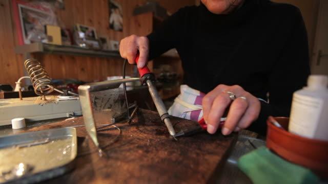 lötkolben - kunst und kunsthandwerk stock-videos und b-roll-filmmaterial