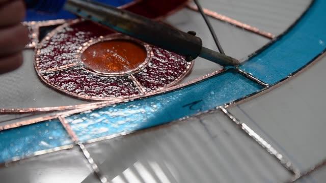 vídeos y material grabado en eventos de stock de fabricación de soldaduras de vidrieras. - montar