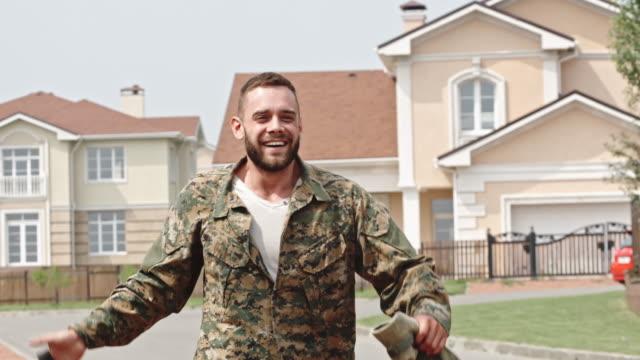stockvideo's en b-roll-footage met soldier and his girlfriend reuniting - terugkomdag