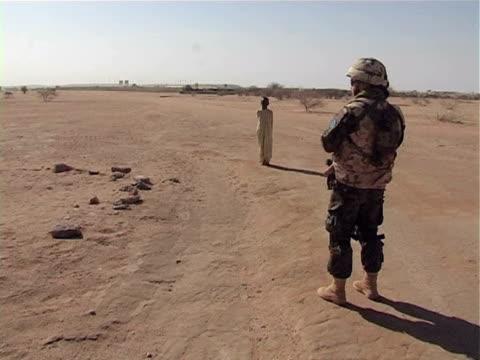 vídeos y material grabado en eventos de stock de soldier and military helicopter in desert / chad / audio - escritura occidental