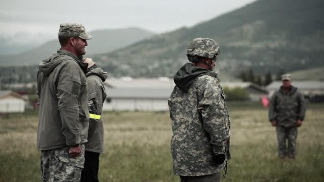 vídeos y material grabado en eventos de stock de soldier being promoted - campamento de instrucción militar