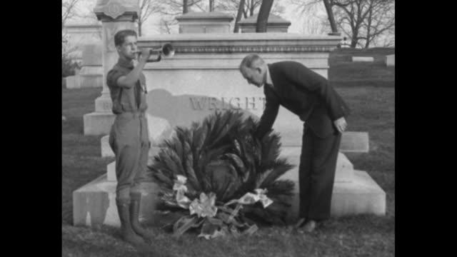 vídeos y material grabado en eventos de stock de soldier blowing bugle in front of wilbur wright's tomb as william maccracken assistant secretary of commerce for aeronautics places wreath at tomb /... - wilbur wright