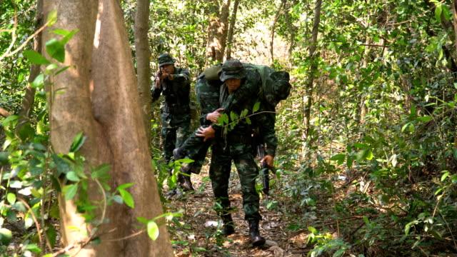 vidéos et rushes de soldat transportant des blessés de la forêt tropicale - plaie