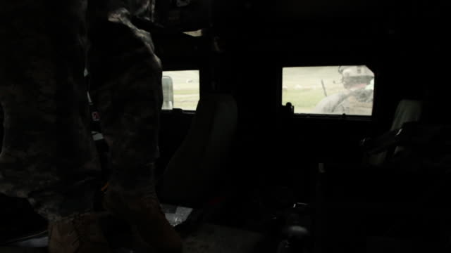 stockvideo's en b-roll-footage met soldier climbing out the top of a humvee. - humvee