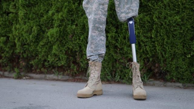 soldaten nach hause kommen aus dem dienst militär mit amputierten bein - heimkehr stock-videos und b-roll-filmmaterial