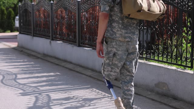 soldier coming home with amputee leg - army soldier stock videos & royalty-free footage