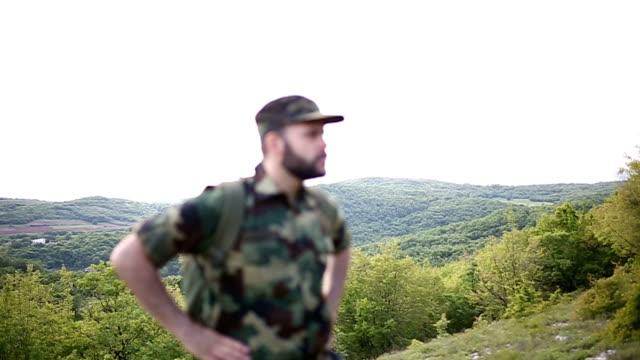 soldato profondo nella natura - young men video stock e b–roll