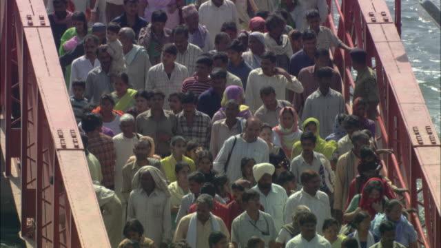 t/l ha ms soldier directing crowd of people crossing bridge / haridwar, uttarakhand, india - 大人数点の映像素材/bロール