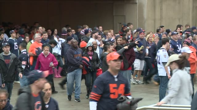 vidéos et rushes de soldier field evacuated due to heavy storms people evacuating soldier field at soldier field on november 17, 2013 in chicago, illinois - nfc