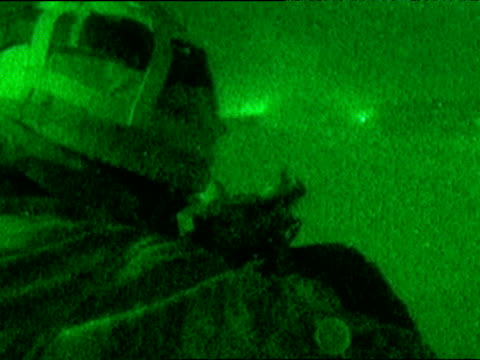vídeos de stock, filmes e b-roll de soldier fires gun rapidly in intense fire fight during iraq war 31 mar 03 - guerra do iraq