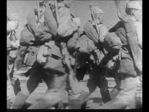 vidéos et rushes de cu soldier fires rifle shakes from recoil during world war ii / soviet sniper at window / soldier fires from balcony as other soldiers lie on bellies... - wehrmacht