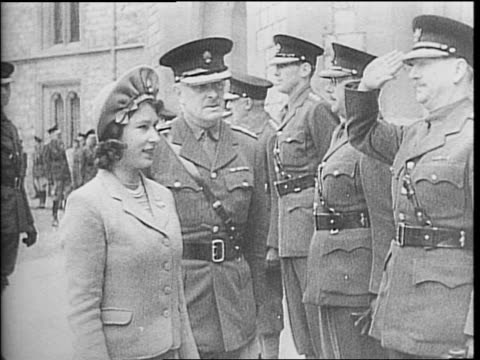 soldier in a court outside the buckingham palace / princess elizabeth walking toward military men / princess elizabeth greeting military officers /... - principessa margaret contessa di snowdon video stock e b–roll