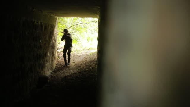 vídeos de stock e filmes b-roll de soldier in abandoned tunnel - profissão militar