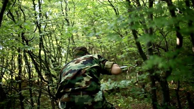 stockvideo's en b-roll-footage met soldaat in actie - adn