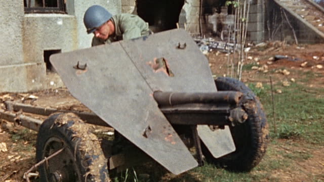 vidéos et rushes de s soldier in bombed out enemy installation observing small artillery howitzer during wwii pacific campaign¬† - seulement des jeunes hommes