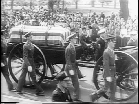 soldier in helmet plays bugle words on screen / funeral service at hyde park / fdr face / cottage on grounds of hyde park / humble house in warm... - carro funebre video stock e b–roll