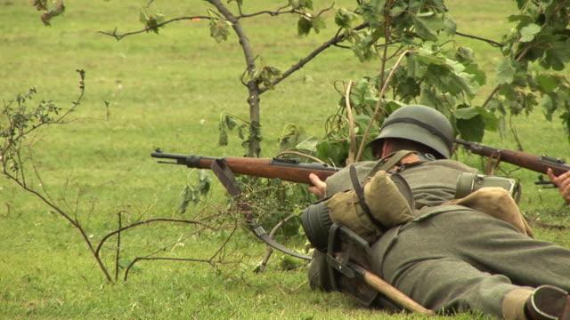 stockvideo's en b-roll-footage met soldier in the army shooting gun 2- hd/pal - eerste wereldoorlog