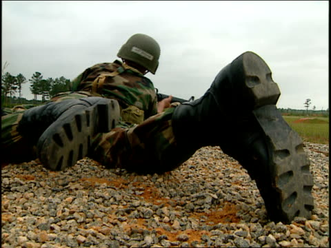 vídeos de stock e filmes b-roll de a u.s. soldier lies prone with a rifle during a training session. - treino militar
