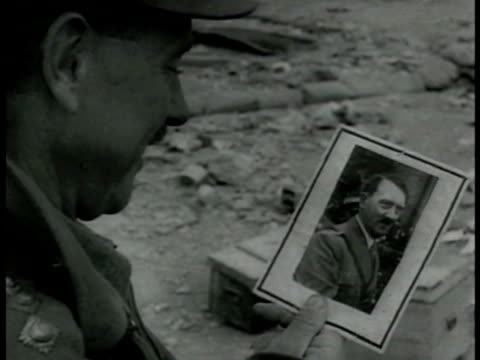 cu soldier looking at photograph of adolf hitler cu postcard of adolf hitler japanese emperor hirohito italian fascist dictator benito mussolini wwii - ベニート ムッソリーニ点の映像素材/bロール