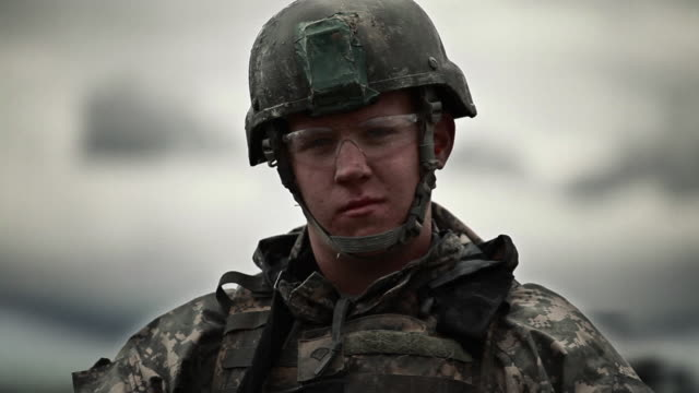 stockvideo's en b-roll-footage met soldier looks at the camera - leger soldaat
