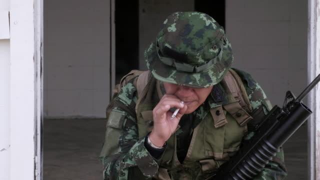 煙を持つ戦場を兵士します。 - 公園保安官点の映像素材/bロール