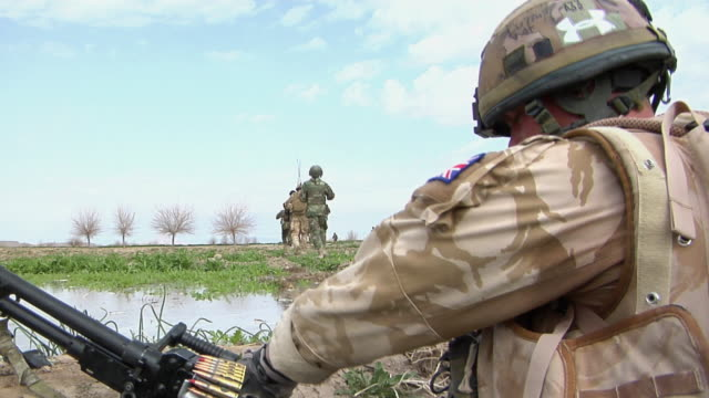 soldier positioning rifle / musa qala, helmand province, afghanistan. - british military stock-videos und b-roll-filmmaterial
