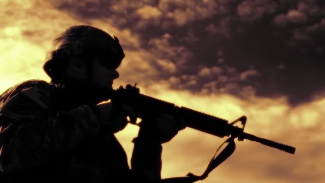 soldier practicing marksmanship on firing line - solo un uomo di età media video stock e b–roll